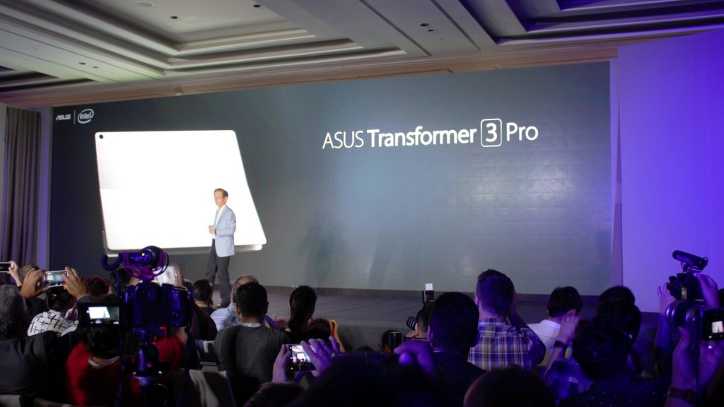 Yes, the Zenbook 3 is awesome. But this one right here is my love at first sight. Introducing, the Asus Transformer 3 Pro. Wanna know why?