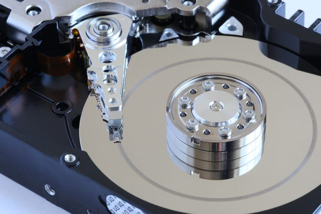 1200px-Hard_disk_head_crash